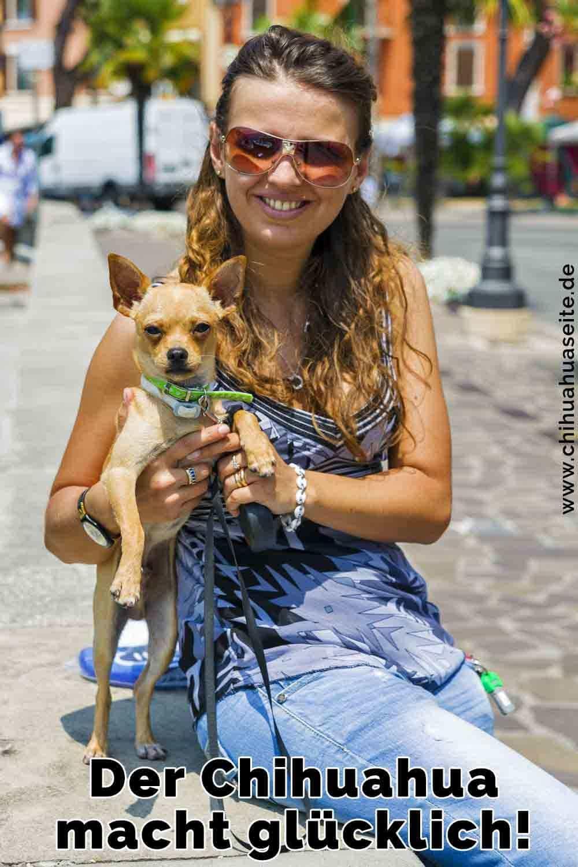 Eine Frau hält ihr Chihuahua